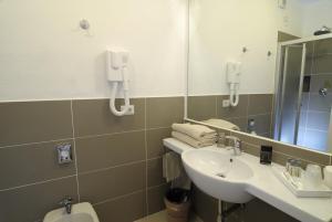 A bathroom at Hotel Ambrosio La Corte