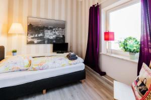 A bed or beds in a room at Heinsens Ellerbek