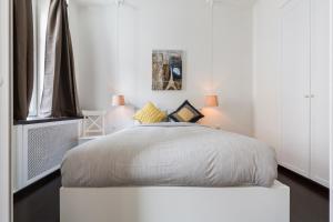 Кровать или кровати в номере Peter the Great Apartments on Rubinshteyna