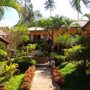 Ein Garten an der Unterkunft Paradise Bungalows
