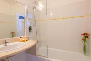 A bathroom at Best Western Hôtel Aurélia