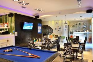 Τραπέζι μπιλιάρδου στο Akatos Hotel