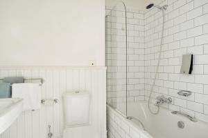 Un baño de Clarion Collection Hotel Bastion