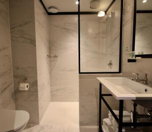 A bathroom at Getaway Studios Brussels Airport