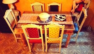 Un restaurante o sitio para comer en Hand decorated house with court