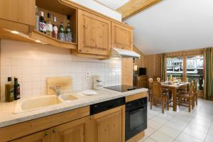 Cuisine ou kitchenette dans l'établissement Madame Vacances Les Chalets d'Isola