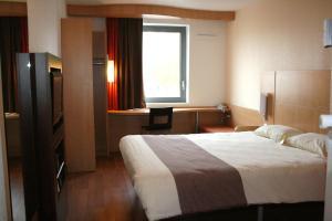 Кровать или кровати в номере ibis Maubeuge