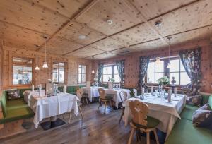 A restaurant or other place to eat at Kronplatz-Resort Berghotel Zirm