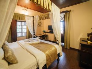 A bed or beds in a room at Casa Menezes - A Heritage Goan Homestay