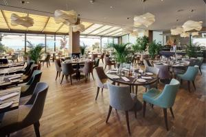 A restaurant or other place to eat at Le Mirador Resort & Spa
