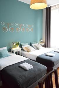 A bed or beds in a room at Blooms Inn & Apartments
