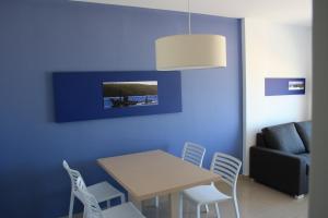 A television and/or entertainment center at Apartamentos Playa Barbate
