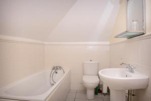 A bathroom at Mayview Guest House
