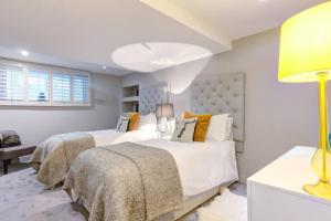 A bed or beds in a room at The Greyfriars Apartment