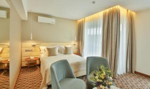 A bed or beds in a room at Maritim Paradise Blue Hotel & Spa