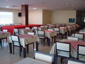 Um restaurante ou outro lugar para comer em Flamboyant Suite Hotel