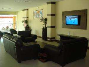 Uma área de estar em Flamboyant Suite Hotel