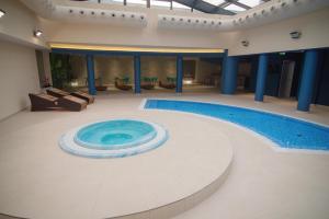 المسبح في فندق ميباس أو بالجوار