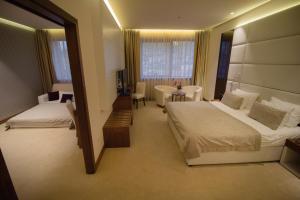 سرير أو أسرّة في غرفة في فندق ميباس
