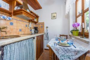 A kitchen or kitchenette at Guesthouse Casa Nova