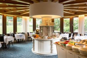 Ein Restaurant oder anderes Speiselokal in der Unterkunft Hotel Garni Römerhof