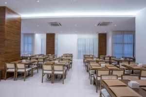 A restaurant or other place to eat at Samba Rio Convention