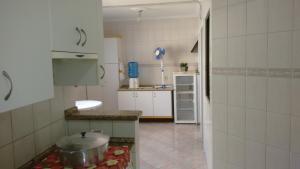 A kitchen or kitchenette at Apartamento Meia Praia