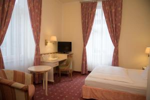 A bed or beds in a room at Parkhotel Bad Homburg