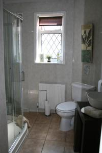 A bathroom at Aavon Court Guest House