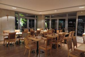 Ein Restaurant oder anderes Speiselokal in der Unterkunft Landgasthof zum Hirschen