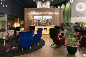 The lounge or bar area at Naumi Auckland Airport Hotel