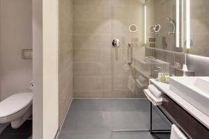 DoubleTree by Hilton Hotel Cluj - City Plazaにあるバスルーム