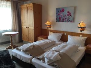 Ein Bett oder Betten in einem Zimmer der Unterkunft Alte Rose Gasthaus