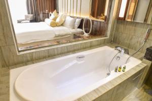 A bathroom at Moty Hotel