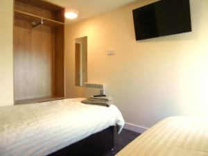 A bed or beds in a room at Roadking Truckstop Holyhead