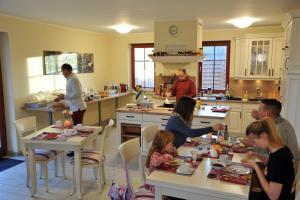 Ein Restaurant oder anderes Speiselokal in der Unterkunft Villa Rosamunde