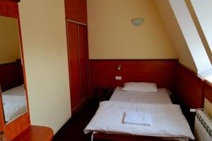 A bed or beds in a room at Hotel Wielkopolanka