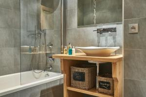 A bathroom at Chalet Virolet