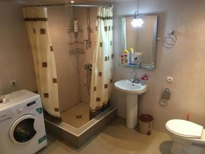A bathroom at Guest House GarniResthost