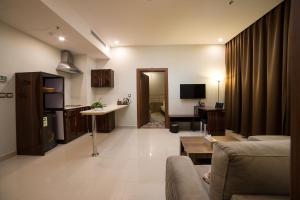 Uma área de estar em Golden Garden AlMadhina Hotel