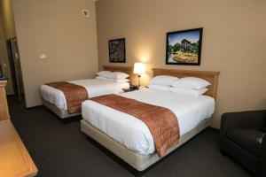 A bed or beds in a room at Marv Herzog Hotel