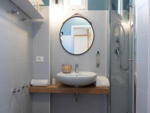 A bathroom at Polo Younique Hotel