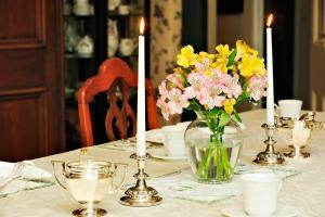 A restaurant or other place to eat at Elmwood Heritage Inn