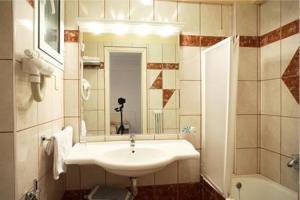 A bathroom at Palladion Hotel