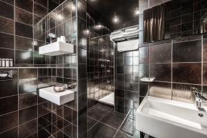 A bathroom at Main Street Hotel