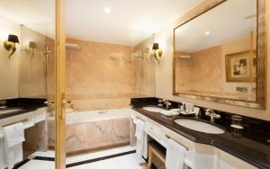 Ein Badezimmer in der Unterkunft Hotel Cascais Miragem Health & Spa