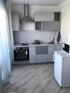 Кухня или мини-кухня в Апартаменты на Ускова