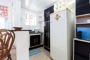 A kitchen or kitchenette at Casa de Praia Itapuã 3