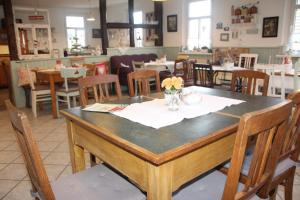 A restaurant or other place to eat at Pension Gute Stube