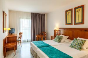Een bed of bedden in een kamer bij BQ Andalucia Beach Hotel